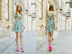 Modna Komoda: Neon heels & a floral dress