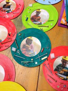 Vaderdag: op jou kan ik bouwen! Foto met veiligheidsheldshelm op en boormachine in de hand. Grondvorm: cd. Spuit de rand en plak hier spijkers, schroeven, ringetjes, moertjes enz. op.