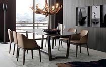 Mesa de comedor moderna de madera y mármol