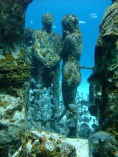 Underwater museum on Isla Mujeres, Mexico (by intrepidacious). Inauguré au mois de novembre 2009, le Musée Sous-marin de Cancun offrira à ses visiteurs 400 sculptures placées au fond du Parc National Maritime de la Côte Occidentale de Isla Mujeres.