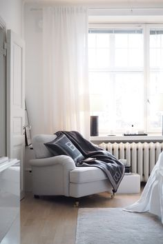 Cozy corner in the bedroom Home Living Room, Apartment Living, Flat Interior, Interior Design, Devine Design, Lets Stay Home, White Rooms, New Room, Dream Bedroom