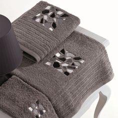 JUEGO DE TOALLAS EGIPTO  Juego de tres toallas modelo Egipto que nos presenta la empresa Galiana Nova. Ponemos a su disposición este juego de toallas de baño en diez colores diferentes, para que no tenga ningún problema a la hora de combinarlas con el resto de decoración de su baño. El diseño de estas toallas de baño es muy original, con un bordado en el centro que representa un montón de cuadrados y figuras geométricas que le dan un toque único.