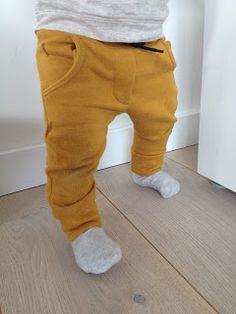handgemaakte hippe mosterd - gele broek voor baby met nep gulp