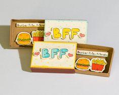 BFF Foodie amicizia carta Questo elenco è per una scatola di fiammiferi. Si tratta di una grande alternativa a un tradizionale biglietto di auguri. Sorprendete i vostri cari con un simpatico messaggio privato nascosto in queste scatole di fiammiferi splendidamente decorate! Ogni elemento