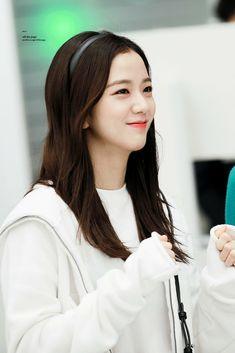 Your source of news on YG's biggest girl group, BLACKPINK! Kpop Girl Groups, Korean Girl Groups, Kpop Girls, Blackpink Jisoo, Kim Jennie, Yg Entertainment, Black Pink ジス, Blackpink Members, Ji Soo