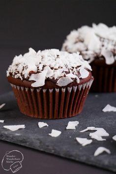 Dunkle Schokoladen-Muffins mit Zartbitterkuvertüre und Kokoskern, eine süße Backidee mit Überraschung! Kokosflocken oder Kokoschips machen den Muffin zu einem Augenschmaus! Also holt euch das Rezept zu diesen leckeren Schoko-Kokos-Muffins!