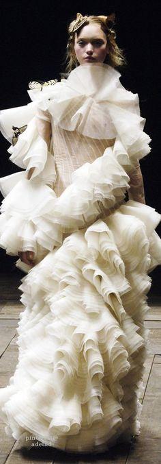 Alexander McQueen 알렉산더 맥퀸 : Fall/Winter 2006 Ready-to-Wear Paris : 네이버 블로그 Couture Fashion, Runway Fashion, Fashion Art, Fashion Show, High Fashion, Haut Transparent, Fernanda Yamamoto, Alexander Mcqueen Couture, Alexander Macqueen