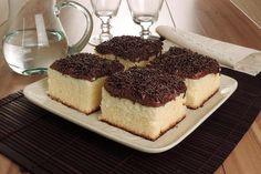 Que tal um bolo delicioso para o café da tarde de hoje? Experimente o bolo de leite condensado molhadinho com cobertura de brigadeiro. É incrível!