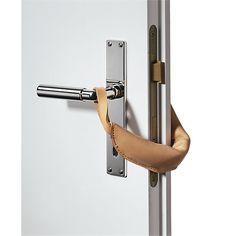 Die Tür ist zu – aber nicht ganz. Der Türstopper wird an einer Türklinke eingehängt und am Gegenstück mit den Riemchen... - Türstopper Leder
