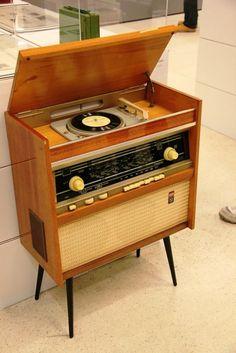 Vintage Radios — 1938 Zenith Louis XV was originally sold. Vintage Records, Vintage Tv, Vintage Antiques, Vintage Record Players, Retro Radios, Design Retro, Audio Room, Vintage Furniture, Decoration
