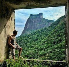 """""""Bem que essa podia ser a vista da janela do meu quarto..."""" Aventureiro @brunosantospereira no Gávea Tourist Hotel conhecido como """"Esqueleto de São Conrado""""  _________________________________  O Gávea Tourist Hotel foi projetado pelo arquiteto Décio da Silva Pacheco e seu programa de necessidades previa área de lazer bosque restaurante transportegratuitoe até um teleférico claro além dos seus 22 mil metros quadrados de área 30 mil destes de área construída mais seus 16 pavimentos com 480…"""