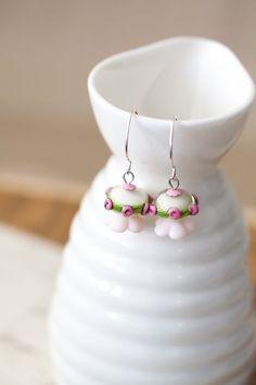 Elfenbein rosa Rosen und grünen Lampwork Ohrringe von MeMadeJewels