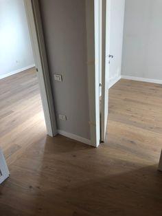 l bello del nostro lavoro è che spesso realizziamo progetti su misura.  In questo caso abbiamo posato il pavimento con un cambio di orientamento delle tavole, per risolvere un problema di fuori squadra e per valorizzare la luce degli ambienti.  #pavimentiinlegno #inostrilavori #woodworking #comfort #wood #sumisura #arredareconstile #fiemme3000 #pavimentibraga Comfort, Door Handles, Doors, Design, Home Decor, Environment, Door Knobs, Decoration Home, Room Decor