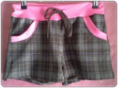 Short de felpa en color marrón. Tiene vivos a contraste en rosa y cintura elástica con cordón para fruncir. Estampado a cuadros escoceses. Detalle de 2 bolsillos. Talla: L. 95% Algodón, 5%Elastano  http://www.aleko.kingeshop.com/Short-Escoces-dbbaaaddf.asp