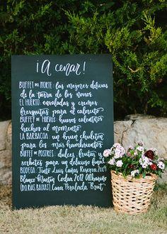 Minuta de pizarra escrita a mano. Boda hipster al aire libre organizada por Detallerie. Handwritten chalk menu. Outdoors hipster wedding by Detallerie.