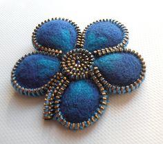 Broche Fleur Bleu en laine feutrée : Broche par oksafelt