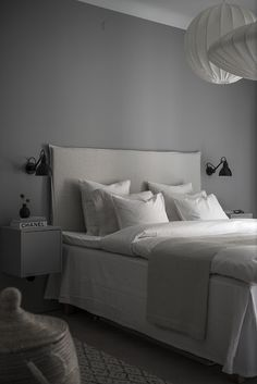 Bedroom Ideas with Grey walls & wondering how do you decorate your Bedroom & House with these Tips. Bedroom Ideas with Grey walls read NOW. Gray Bedroom, Bedroom Sets, Home Bedroom, Bedroom Decor, Home Interior, Interior Design Living Room, Grey Bedroom With Pop Of Color, Small Room Design, Bedroom Carpet