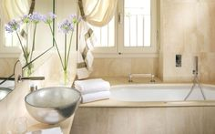 Hotel Brunelleschi has chosen Glass Design vessel sink in silver for gorgeous bathroom./Oval glass vessel sinks 1/Photo credit: Glass Design