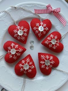 how to decorate your house for #christmas felt red harts with snowflakes and a button. hang it everywhere. come decorare la casa per natale: cuoricini rossi in feltro con decoro di cristallo di neve e bottoncino al centro. da appendere ovunque