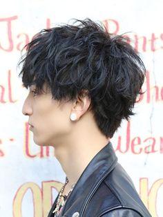 黒髪パーマのメンズヘアカタログ~超おすすめスタイリング剤厳選!|JOOY [ジョーイ]