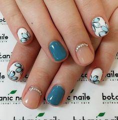 Simple yet very cute short winter nail art design
