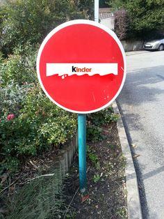 Le Studio détourne les panneaux de signalisation ! Kinder by Isa