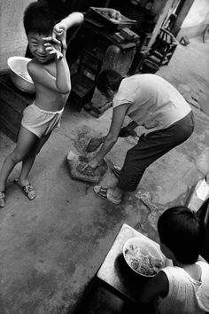 Marc Riboud this could be either China or Vietnam as Marc went to both countries to photograph. Marc Riboud, Social Photography, Robert Frank, French Photographers, Documentary Photography, Photojournalism, Documentaries, China, Black And White