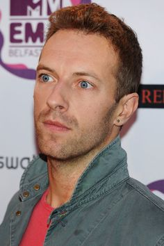 Chris Martin of Coldplay Face The Music, The Power Of Music, Coldplay Songs, Chris Martin Coldplay, Jonny Buckland, Dan Reynolds, Band Pictures, Pop Bands, Dibujo