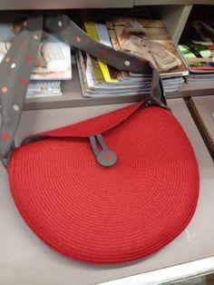 Deux set de table qui deviennent un jolie sac. Diy Bags Easy, Trash To Couture, Diy Bags Purses, Diy Handbag, Handmade Purses, Basket Bag, Beaded Purses, Crochet Handbags, Fabric Bags