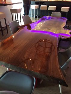 Liquid Gloss Art, a naturalwooden tree table coated with resin and a bar. In cooperation with an interior designer we produced the entire bar for thenew MarinaBarkaris in Loosdrecht.