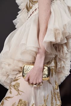 Alexander McQueen Spring 2020 Ready-to-Wear Fashion Show Details: See detail photos for Alexander McQueen Spring 2020 Ready-to-Wear collection. Look 116 Alexander Mcqueen, Vogue Paris, Valentino, Edgy Shoes, Dior, Fashion Show, Fashion Outfits, Fashion Designer, Vogue Russia