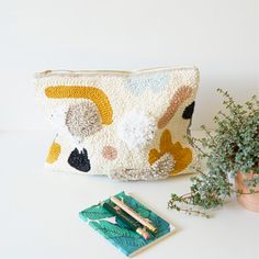 punch needle clutch pochette moderne by julie robert Yarn Projects, Crafty Projects, Julie Robert, Art Textile, Sewing Art, Punch Needle, Rug Hooking, Needle And Thread, Knitting Yarn