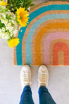 This tutorial is way easier than you ever thought it could be! Learn how to make a rainbow doormat and add some major color to your doorway. Diy Home Crafts, Diy Crafts For Kids, Crafts To Sell, Mason Jar Crafts, Mason Jar Diy, Meme Design, Diy Wedding Backdrop, Diy Schmuck, Vinyl Projects