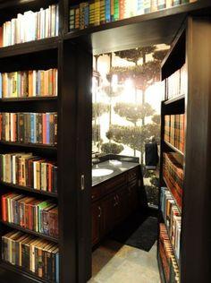 本棚を押すとレストルームが!秘密部屋っぽくて楽しい。