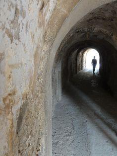 Weg von der Anlegestelle von Spinalonga (Kreta) in die Stadt Hier warfen die Angehörigen den letzten Blick auf ihre Liebsten, bevor sie als Leprakranke für immer auf der Insel verschwanden. http://vonortzuort.reisen/griechenland/kreta/die-leprakolonie-spinalonga/