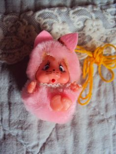kleine rosa Monchichi,Monchhichi Katze,ca.4,5cm,unbespielt,mit Band z.Umhängen