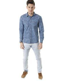 Essa camisa foi confeccionada em jeans. O diferencial do modelo é a padronagem com desenhos étnicos. Na parte frontal tem dois bolso enquanto o fechamento é por botões. A gola é esporte e as mangas são longas.   Aposte nessa camisa na hora de compor seus melhores looks!  Composição: 100% Algodão  Modelo Veste: M Altura: 1,87m Tórax: 100cm Cintura: 92cm Quadril: 98cm
