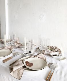 Pale and interesting table setting with an off-white and dirty pink palette #tablestyling #tablesetting #entertaining