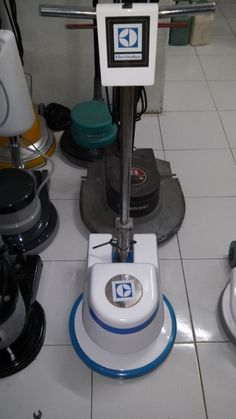 Jual mesin polisher lantai second Electrolux Kf175 spesifikasi : Model : Kf175 Power : 1200 Watt Diameter : 17 Inch Speed : 175 Rpm Weight : 48 Kg Cable : 11 M Including : Main body,pad holder,water tank Country : USA Bergaransi 1Tahun  Harga 5,5 jUTA BARU / SECOUND (087783931841)