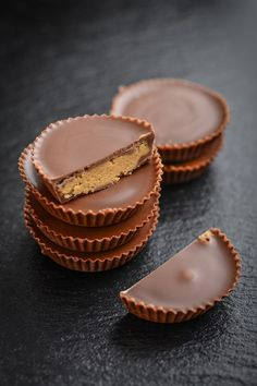 What can you snack on a Keto diet? There are many great snack options. Here are 21 easy keto snacks for on-the-go and weight loss. Baking With Protein Powder, Protein Powder Recipes, Protein Desserts, Protein Cookies, Protein Brownies, Protein Snacks, Keto Desserts, Protein Bars, Sugar Free Peanut Butter