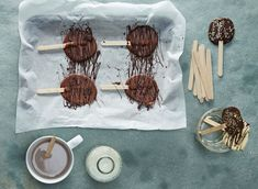 For a fun way to serve up a winter favourite, try out our Hot Chocolate Lollipops! They're easy to make and delicious to drink on a chilly winter's evening. Chocolate Buttons, Chocolate Lollipops, Love Chocolate, Christmas Chocolate, Ladybug Cake Pops, Anchor Cakes, Animal Cake Pops, Bicycle Cake, Wilton Candy Melts