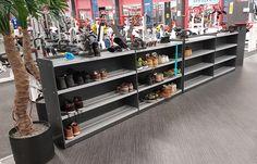 Kenkäteline toimii loistavasti tilanjakajana ja auttaa pitämään kengät puhtaana ja järjestyksessä. Shoe rack works great as a divider and helps to keep shoes clean and well organized. www.jamito.fi #shoe #rack #shelf #gym #kenkäteline #kuntosali #sisustus