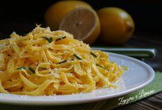 Questi tagliolini al limone sono un primo piatto semplice e sprint, perfetto quando si rientra a casa tardi e il tempo per preparare il pasto è poco.