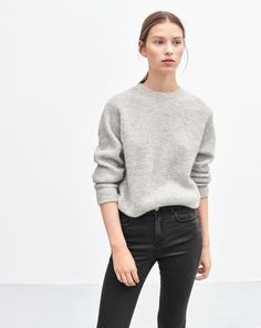 Cosy, super soft pullover in a wool/alpaca blend. The jumper has a rib-knit detail with a subtle slit at the hem. <br> <br> •	Soft wool/aplaca blend <br> •	Hip length <br> •	Regular fit <br>
