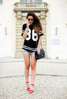 Number T-shirt com short jeans.