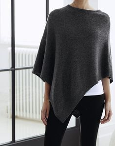 Black, white grey fall outfit with sweater poncho Fall Winter Outfits, Autumn Winter Fashion, Winter Style, Poncho Outfit, Look Fashion, Womens Fashion, Minimal Chic, Minimal Classic Style, Fashion Fabric