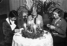 Weihnachtsarbeiten beim Adventskranz ullstein bild - Haeckel Archiv/Timeline Images Advent, Timeline Images, Christen, 1920, Germany, Coat, Art Deco, Life, Fashion