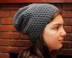 Fuente: http://pardonmychaos-amanda.blogspot.it/2010/03/crochet-simply-slouchy-hat-pattern.html