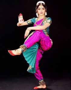 Dancer posing artistically in Indian traditional dress - look at her hands and facial expressions! Pretty dancer in saree - National costume of India. Shall We Dance, Just Dance, Dance Baile, Indiana, Isadora Duncan, Indian Classical Dance, Belly Dancing Classes, Dance Paintings, Folk Dance