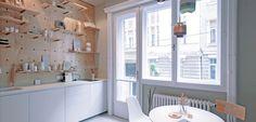 壁の合板に孔を開けて有孔ボードの壁面収納にしてあるダイニング・キッチン